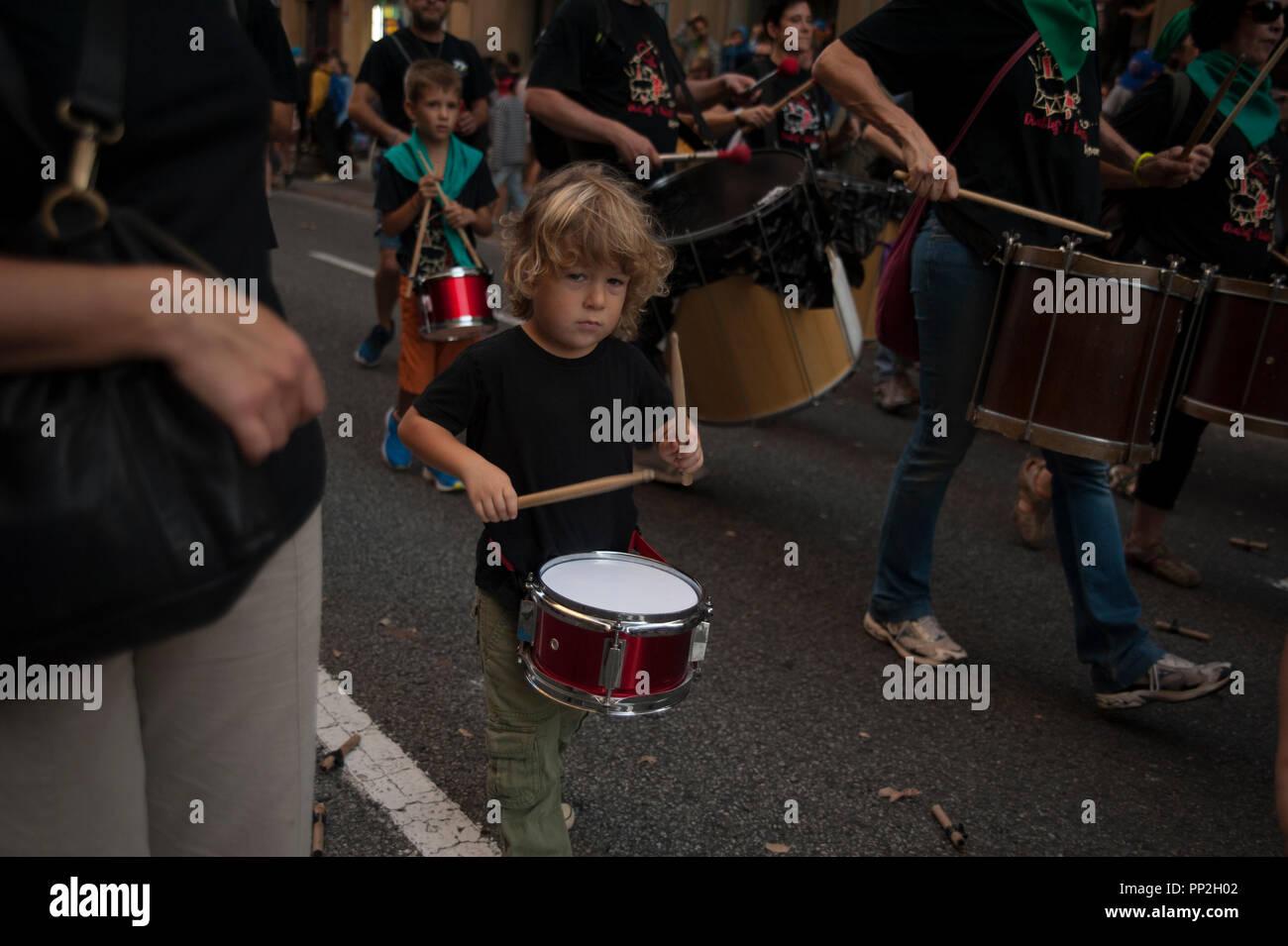 Barcelona 22 Septembre, 2018. Les correfocs font partie de la culture catalane et en eux, nous pouvons voir les jeunes et les vieux profiter du rythme de la percussion Banque D'Images