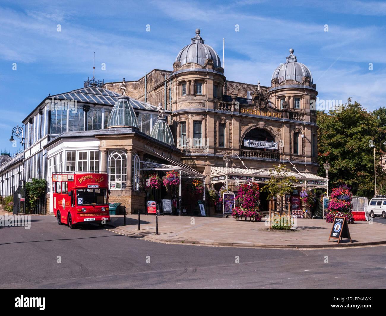Opéra de Buxton avec Découvrir Buxton bus touristique, Buxton, Derbyshire Photo Stock