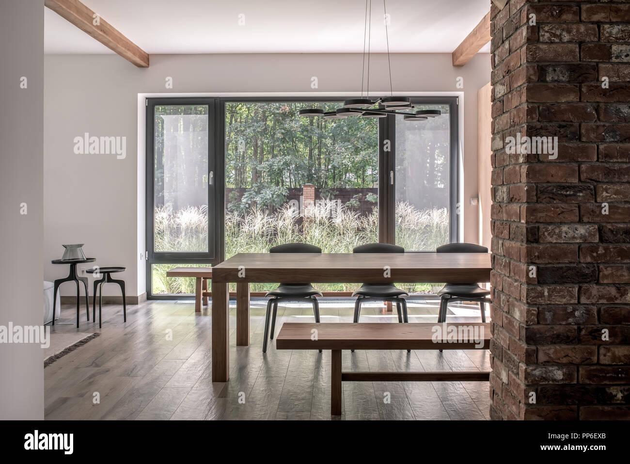 Belle Décoration Moderne, Blanc Et Des Murs De Brique Et Un Plafond Avec  Poutres Apparentes.