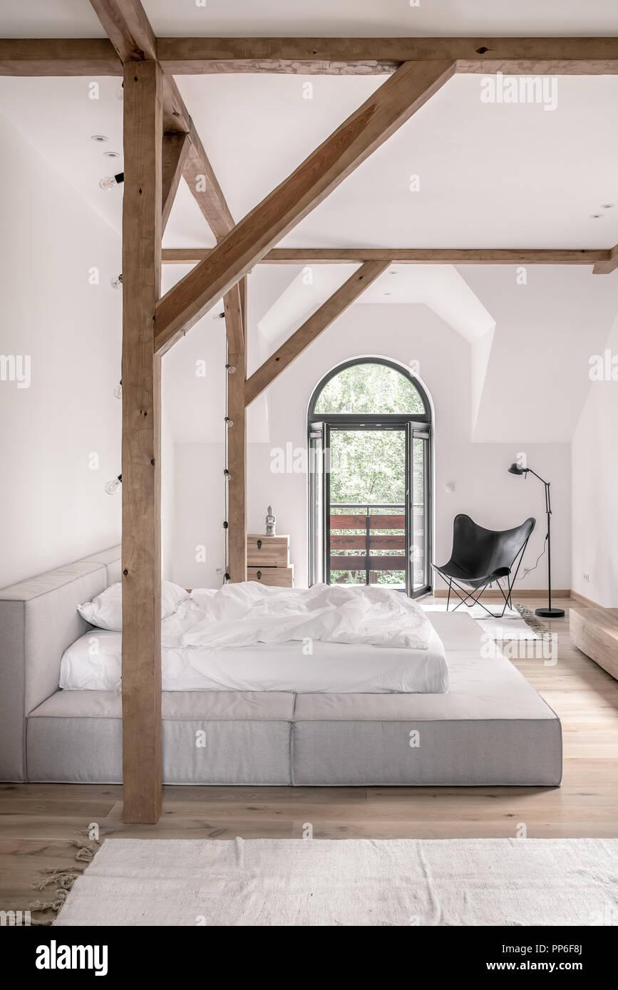 Chambres dans un style moderne avec des murs blancs, des ...