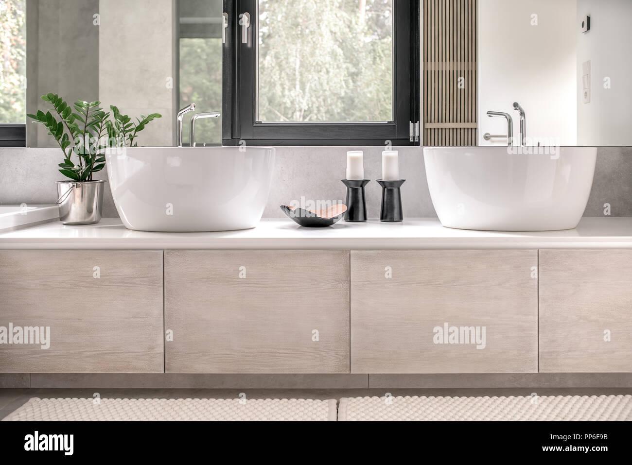 Salle de bains contemporaine avec carrelage blanc et les ...