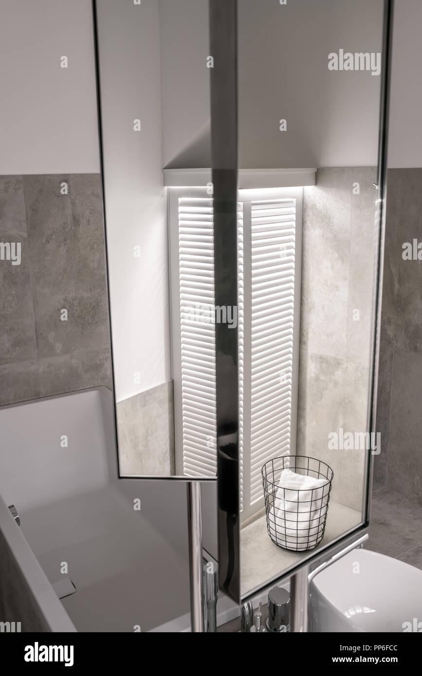 Salle de bains moderne avec éclairage blanc, sol carrelé et murs ...