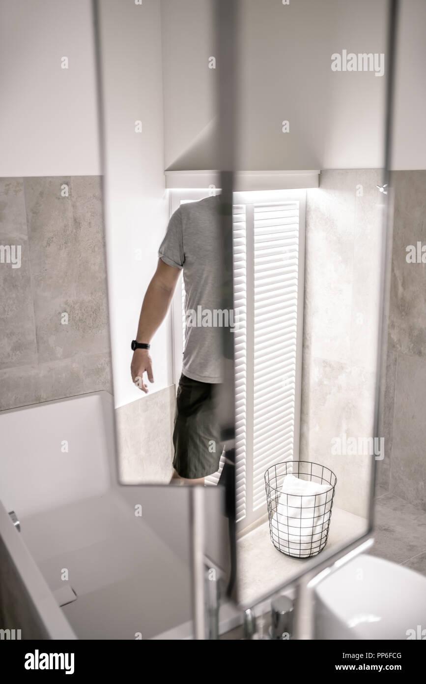 Salle de bains contemporaine avec éclairage, sol carrelé et murs ...