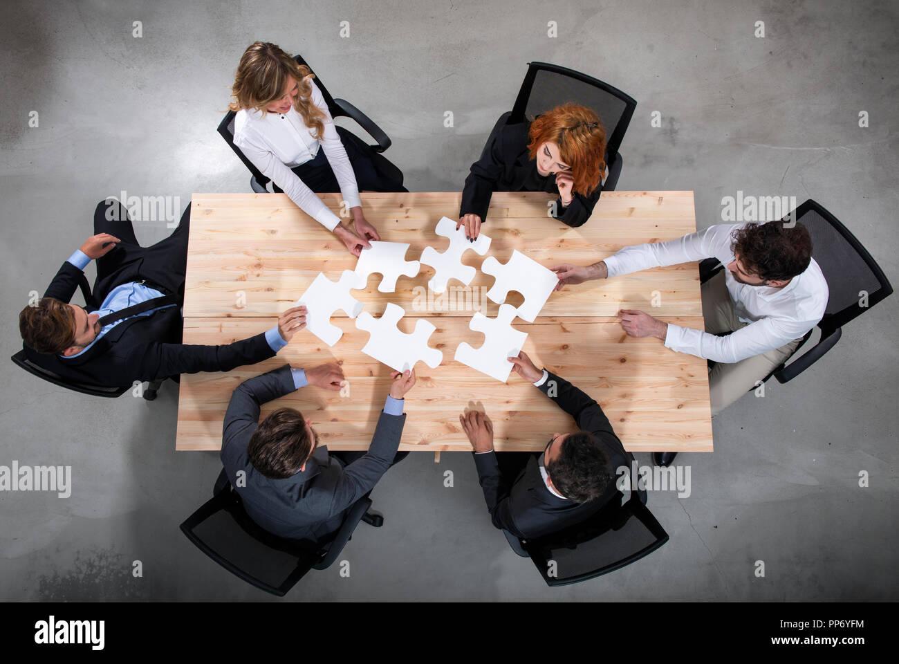 Le travail d'équipe de partenaires. Concept d'intégration et de démarrage des pièces de puzzle Photo Stock