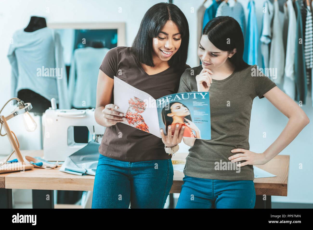 225b591d6cafa Les femmes de la mode a l'air joyeuse discussion Photo Stock