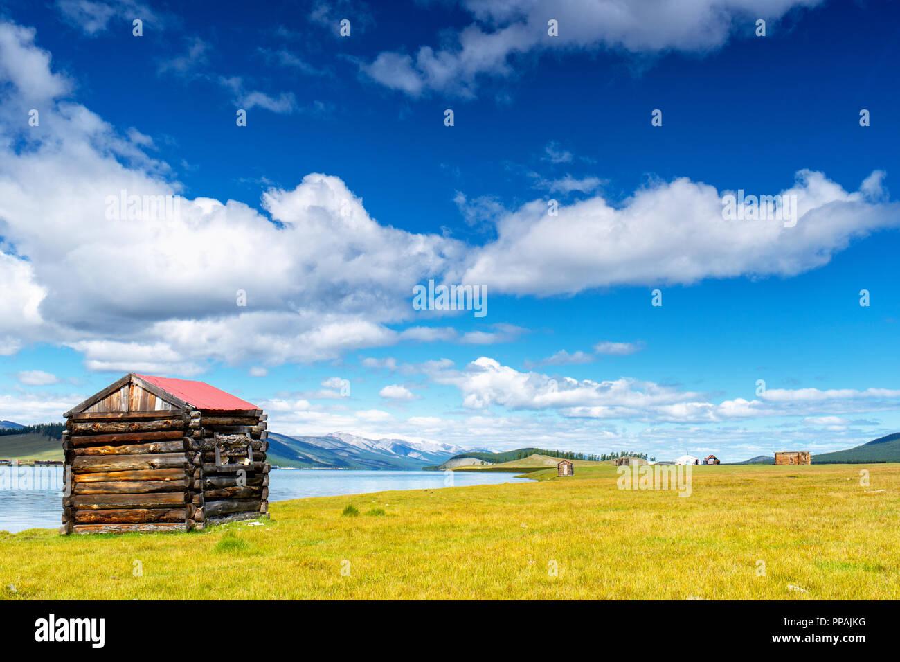 Petite hutte et d'un engrenage au lac Khövsgöl shore, Khatgal, Mongolie Photo Stock