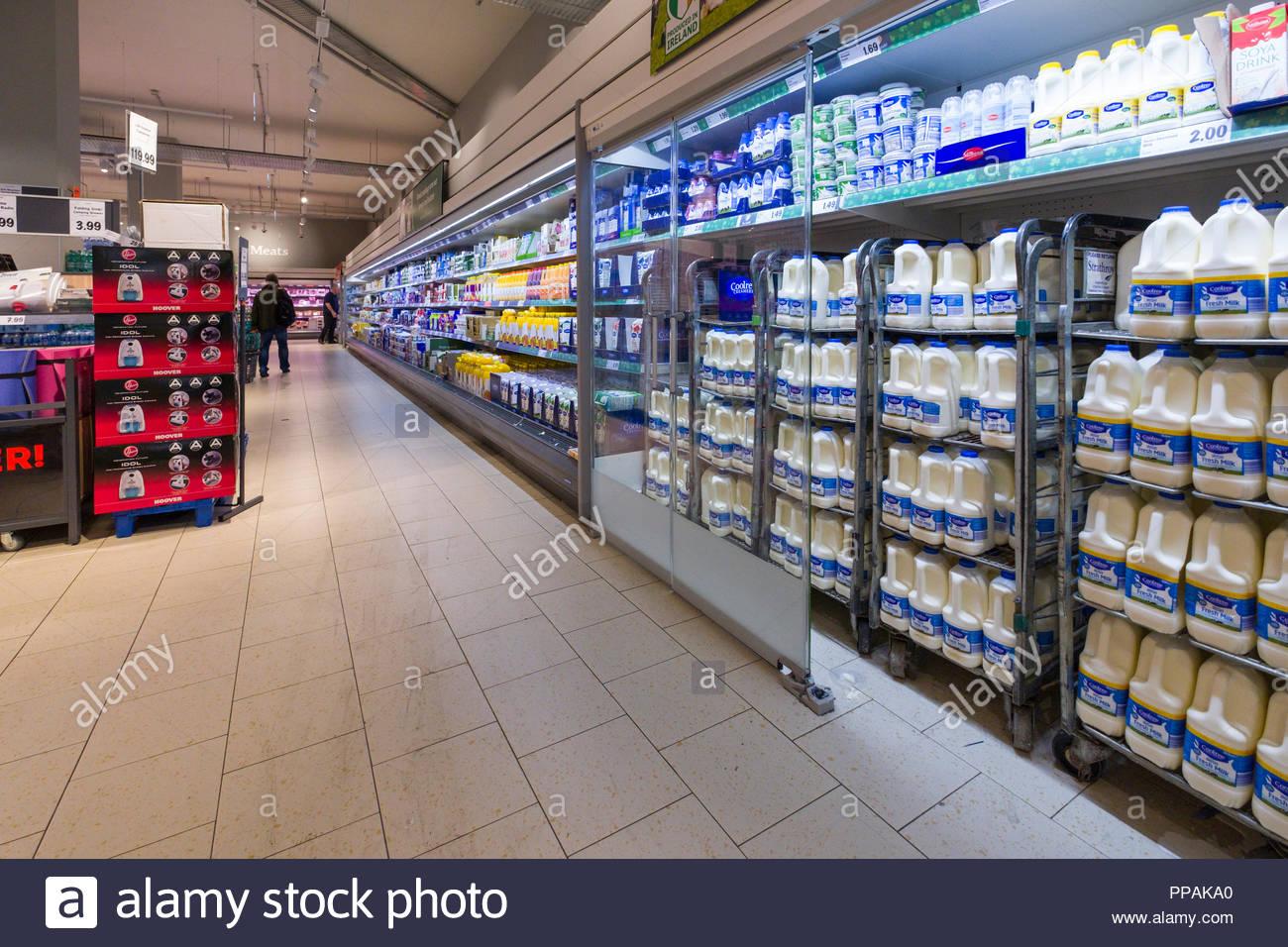 Lait et autres produits laitiers en vitrine réfrigérée à l intérieur de  supermarchés discount Lidl 1fc74c14d9a5