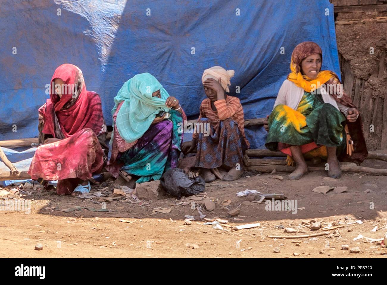 Marché Mena Dolo, région d'Oromia, en Éthiopie. Diverses réponses à une caméra Photo Stock