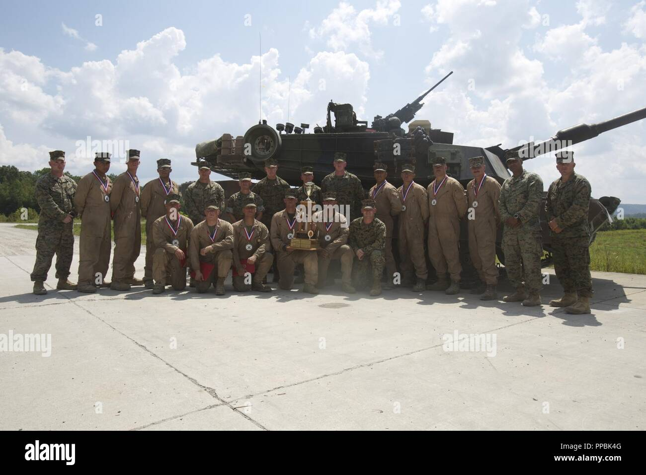 Le lieutenant général Brian D. Beaudreault, le commandant adjoint des plans, des politiques et des opérations, pose pour une photo avec les équipages du 1er, 2e et 4e Bataillon après la cérémonie de remise des prix de la 15e cérémonie de remise des prix au Concours Tiger Gamme Wilcox, Fort Knox, Kentucky, le 28 août 2018. Banque D'Images