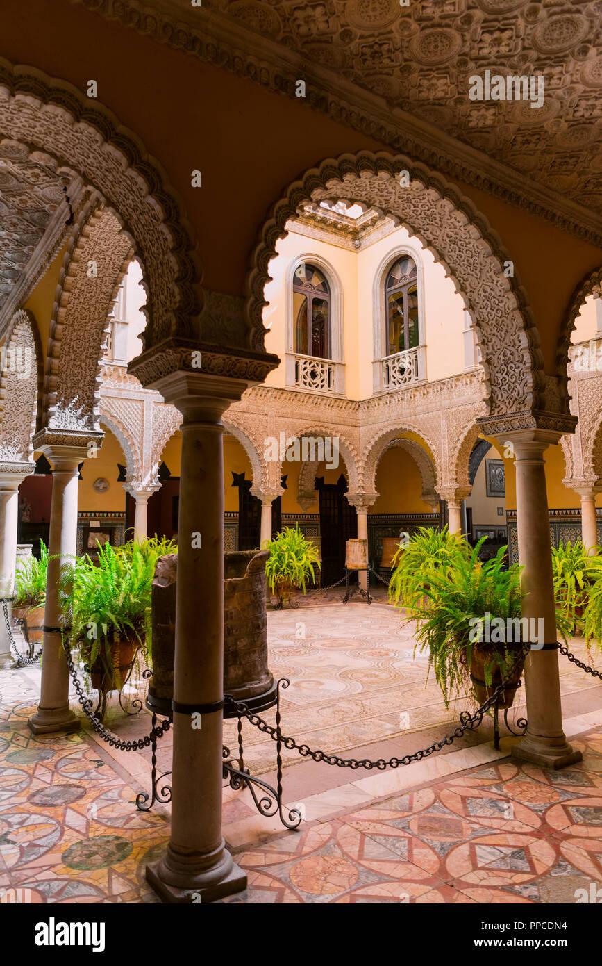 Palais du xvième siècle avec l'architecture arabe, cour avec arcade artistique et mosaïque romaine, Palacio de la Condesa de Lebrija Photo Stock