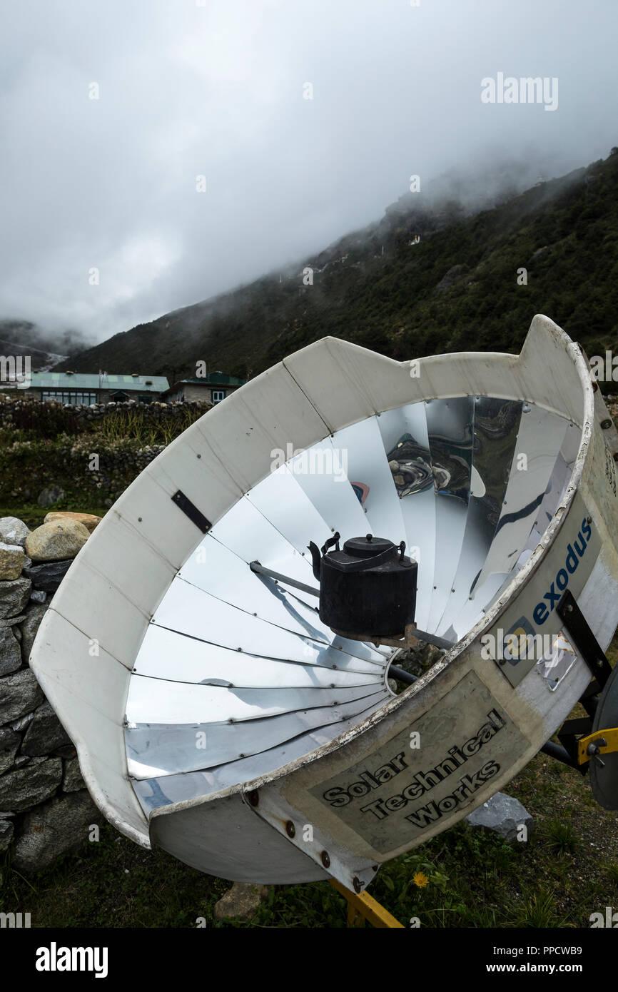 Grand chauffe-eau solaires sont utilisés pour faire bouillir de l'eau dans les villages le long des itinéraires de trekking du Népal, l'épargne des ressources limitées pour plus d'utilisations importantes et moments de la journée, Thame, Solu Khumbu, Népal Photo Stock