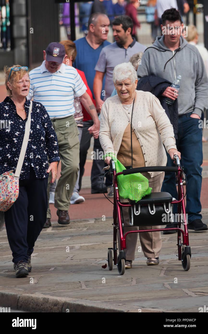 Femme âgée dehors avec l'utilisation d'une mobilité 4 roues3903 Photo Stock