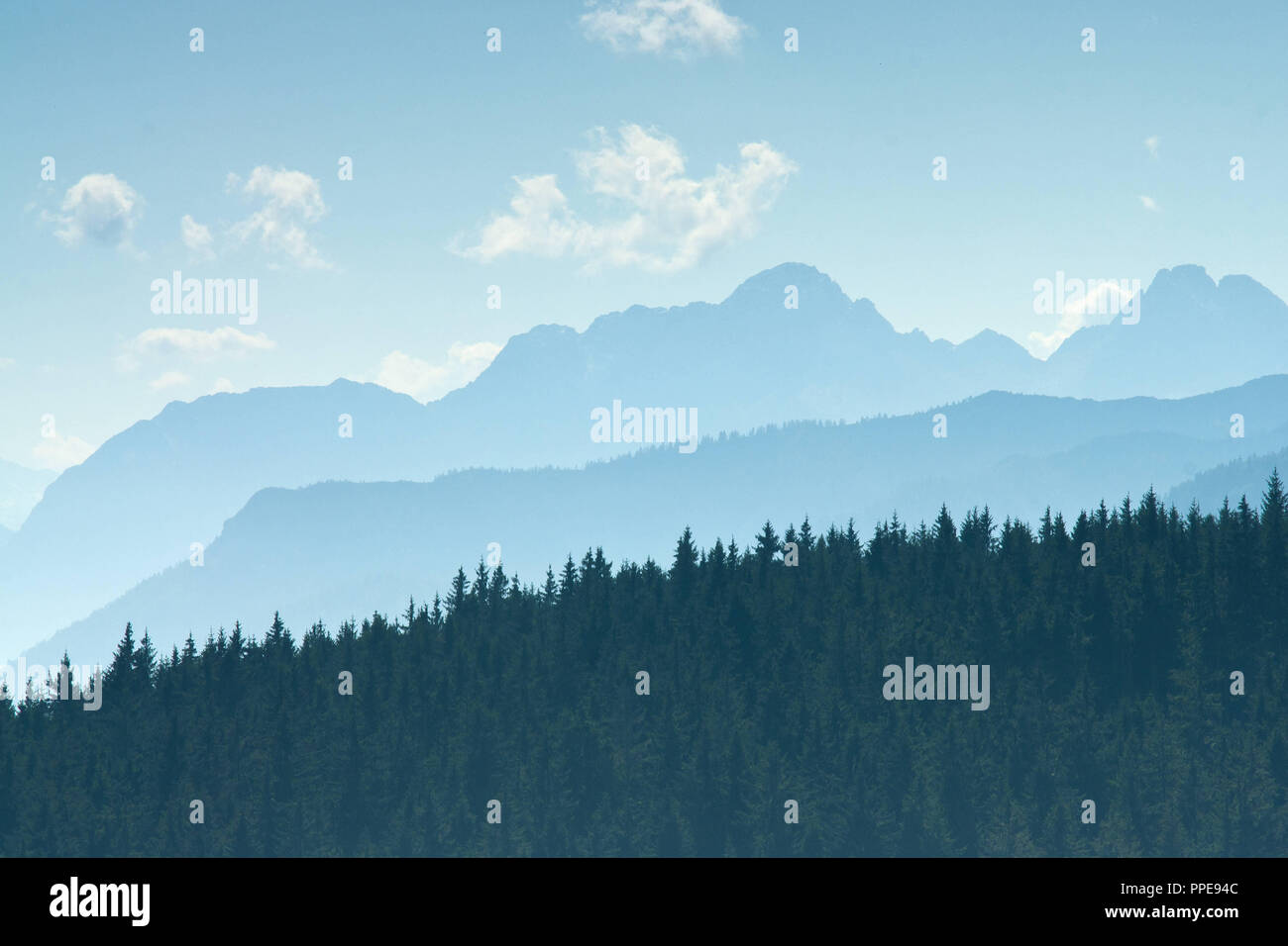 Ambiance chaleureuse sur les montagnes. Photo Stock