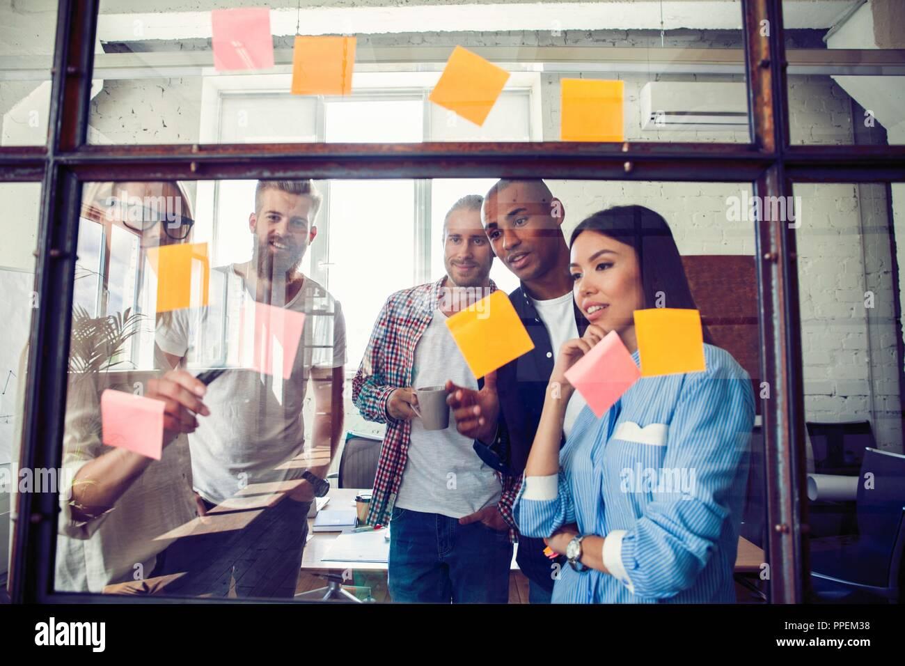 Les gens d'affaires réunion au bureau et utiliser post it à partager idée. Concept de réflexion. Sticky note sur la paroi de verre Photo Stock