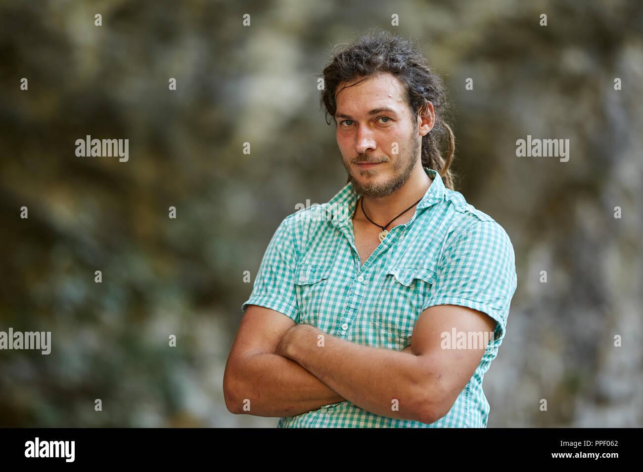 Libre d un jeune homme avec une coiffure rasta Banque D Images ... 09716da1965