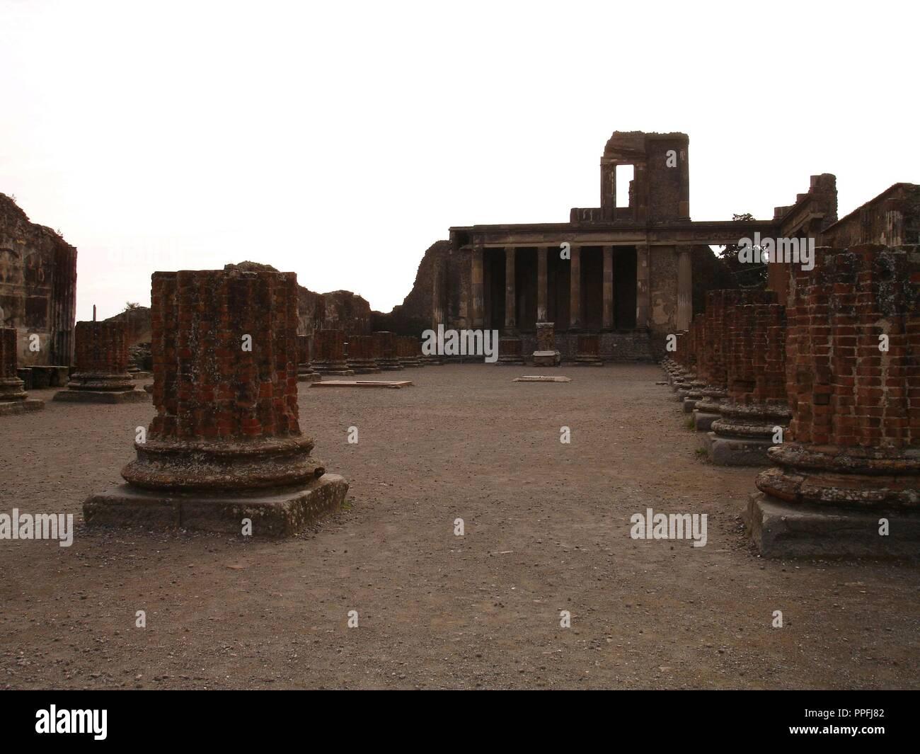 Basilique CONSTRUIDA EN EL AÑO 80 AC- AL FONDO EL TRIBUNAL DE JUSTICIA. Lieu: basilique. ITALIA. Photo Stock