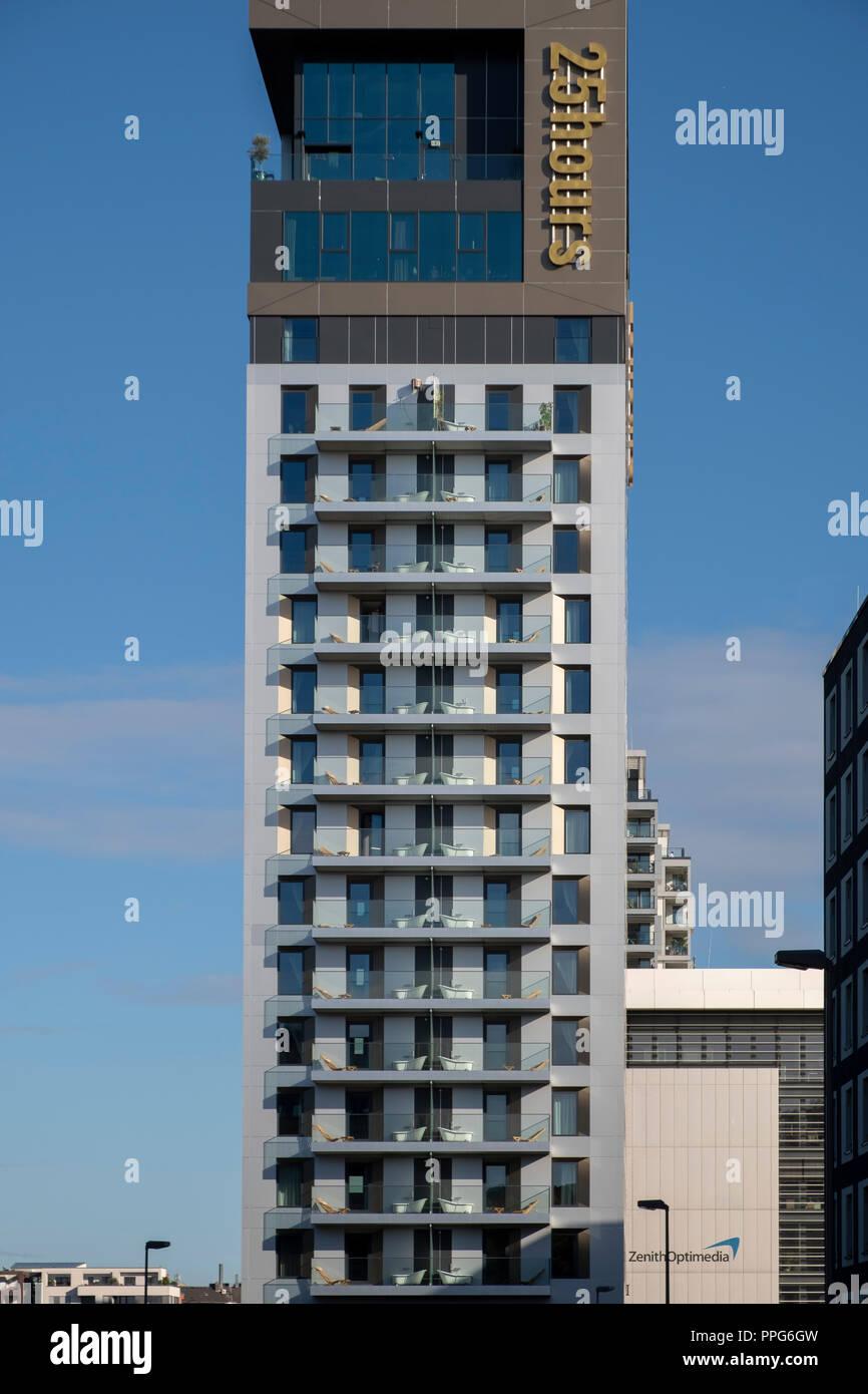Ouvert en avril 2018, le 25hours Hotel Das Tour a un certain nombre de chambres avec une baignoire sur le balcon dans le quartier de Dusseldorf, district central Banque D'Images