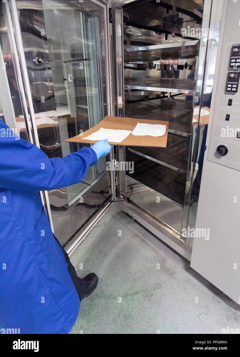Agent de laboratoire judiciaire papier poreux pour l'examen des empreintes latentes à l'aide de la ninhydrine chimiques dans le cadre de l'examen séquentiel Photo Stock