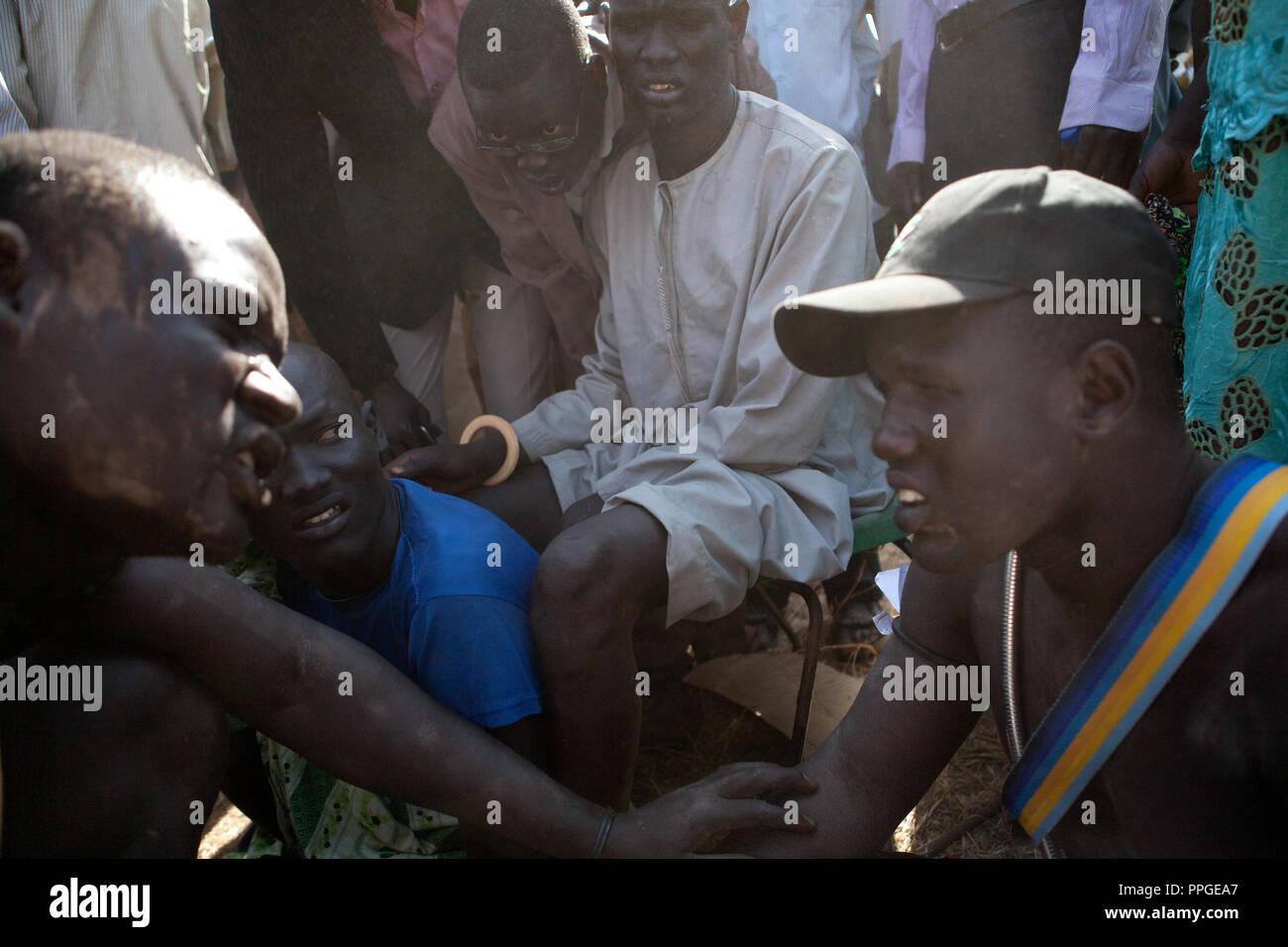 18 décembre 2010 - Juba, Soudan du Sud - Les membres de la tribu Dinka de Bor, l'État de Jonglei parler avant le final du Soudan du Sud le premier wrestling league entre sa tribu et les lutteurs de l'Équatoria central Mundari Etat au stade de Juba. Les matches ont attiré un grand nombre de spectateurs qui ont chanté, dansé et joué de la batterie à l'appui de leurs lutteurs préférés. Le match organisateurs espéraient que les sports traditionnels seraient réunis du Soudan du Sud d'un grand nombre de tribus différentes. Crédit photo: Benedicte Desrus Photo Stock