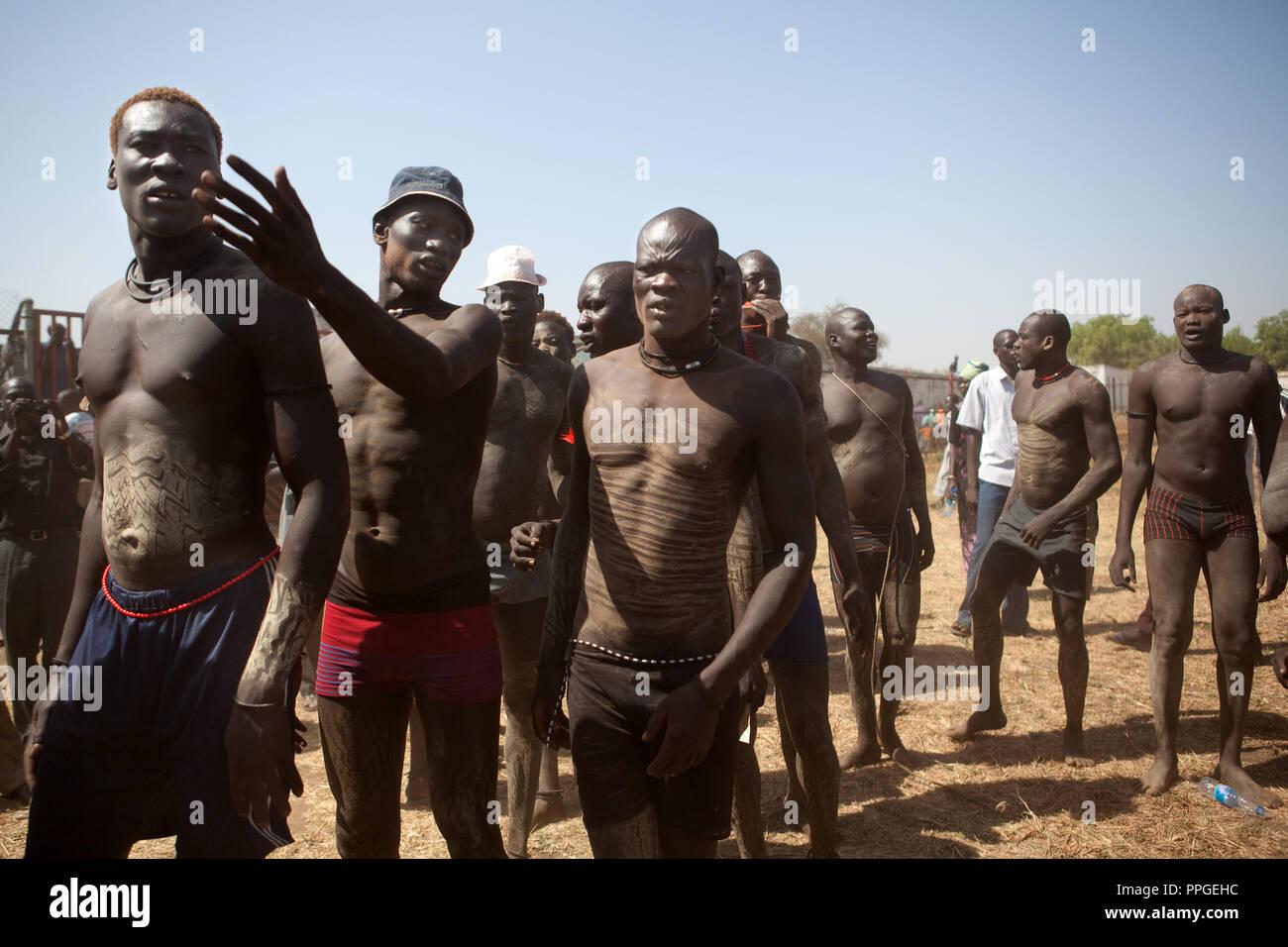 18 décembre 2010 - Juba, Soudan du Sud - Les membres de la tribu de l'Équatoria central Mundari État avant la finale du Soudan du Sud le premier wrestling league entre sa tribu et les lutteurs de Bor Dinka, l'état du Jonglei au stade de Juba. Les matches ont attiré un grand nombre de spectateurs qui ont chanté, dansé et joué de la batterie à l'appui de leurs lutteurs préférés. Le match organisateurs espéraient que les sports traditionnels seraient réunis du Soudan du Sud d'un grand nombre de tribus différentes. Crédit photo: Benedicte Desrus Photo Stock