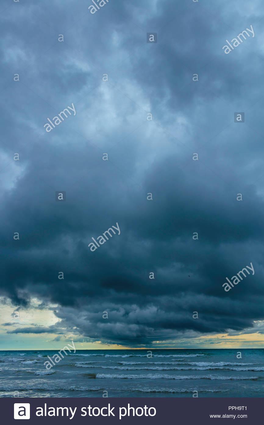Les nuages de tempête météo graves temps menaçant sur le lac Ontario à Bluffer's Park à Toronto (Ontario) Canada. Photo Stock
