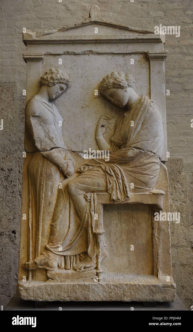 L'art grec de secours Grave Afra. Environ 380 BC. La femme morte est assis en face d'une fille affligé. Le nom est inscrit sur le fronton Afra (fille) de Socrate. Glyptothèque. Munich. Banque D'Images