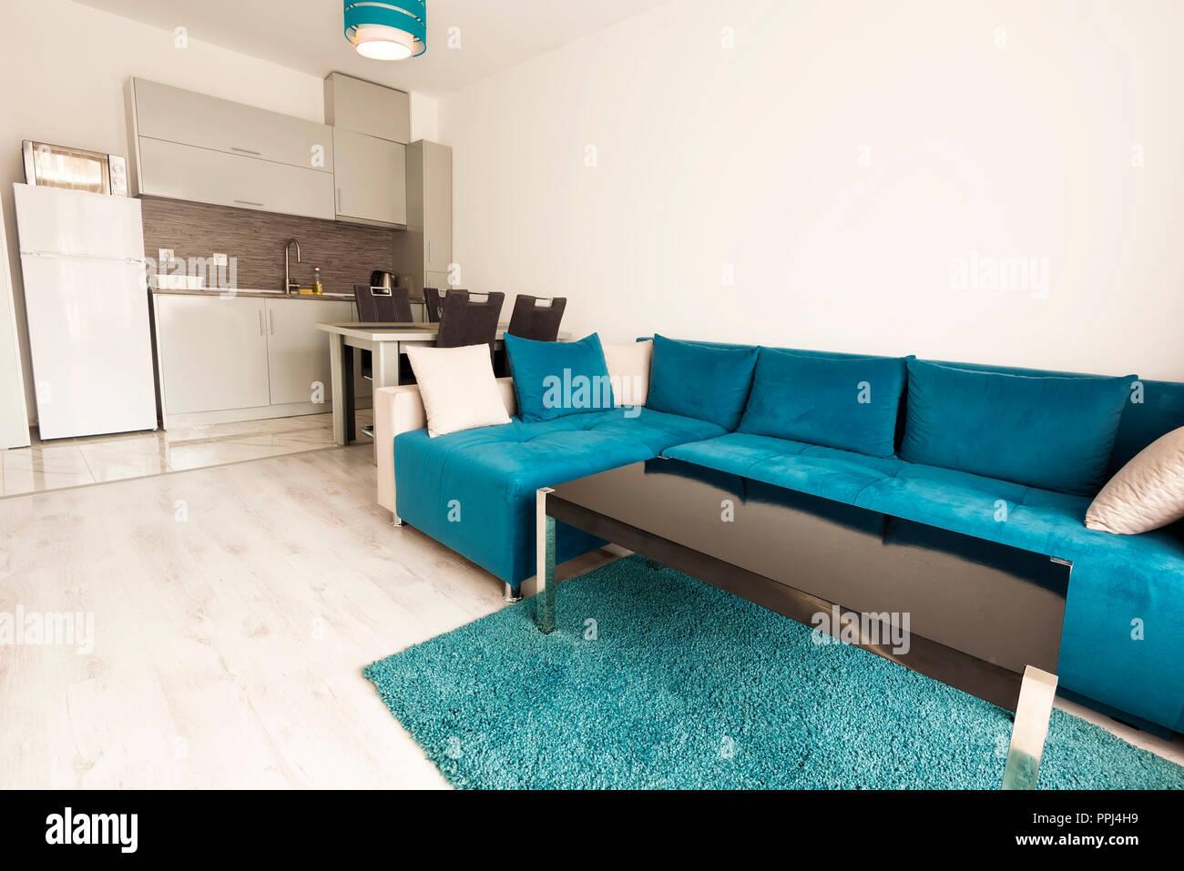 Lumineux et moderne, salle de séjour avec canapé, table à manger et ...