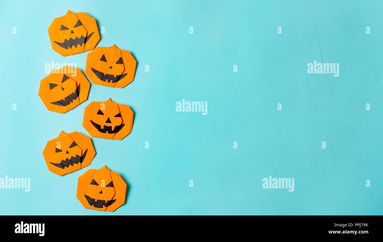 Halloween Concept Origami Papier Pumpkin Sur Fond Bleu Lumineux