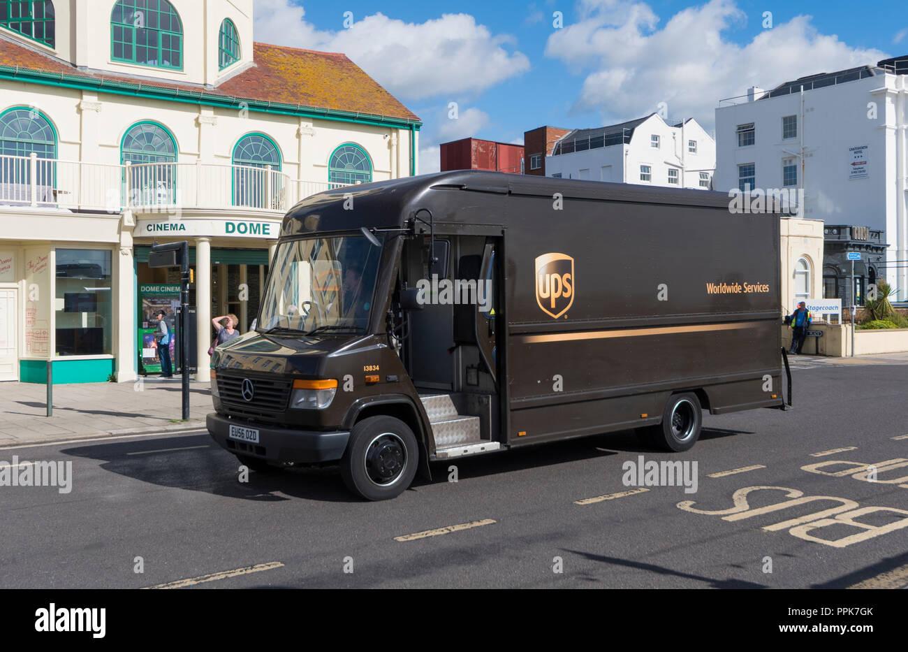 Brown Services de livraison de colis UPS Worldwide van dans le West Sussex, Angleterre, Royaume-Uni. Photo Stock