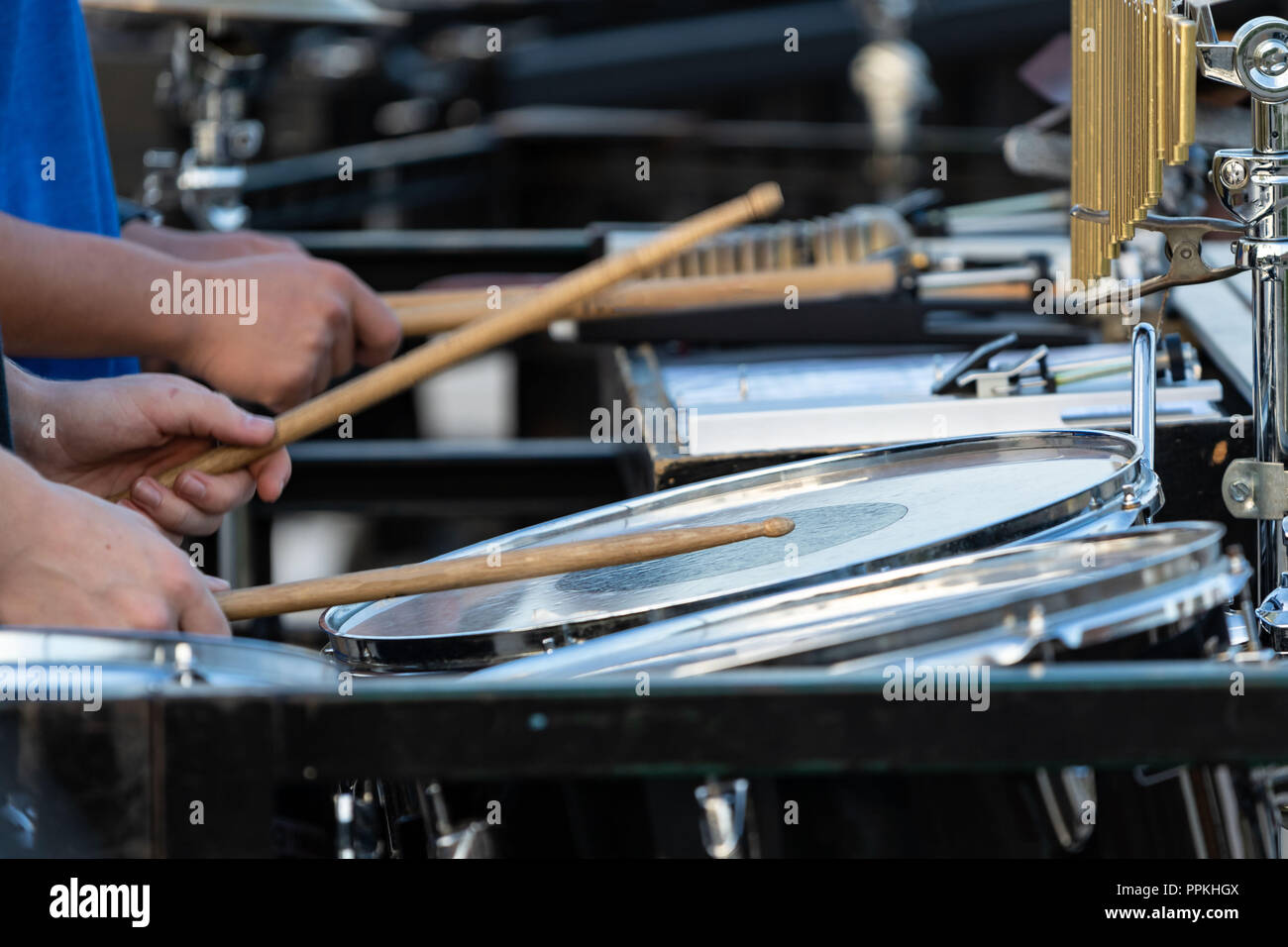 Le clignotement d'un percussionniste pilons sideline à marching band rehearsal Photo Stock