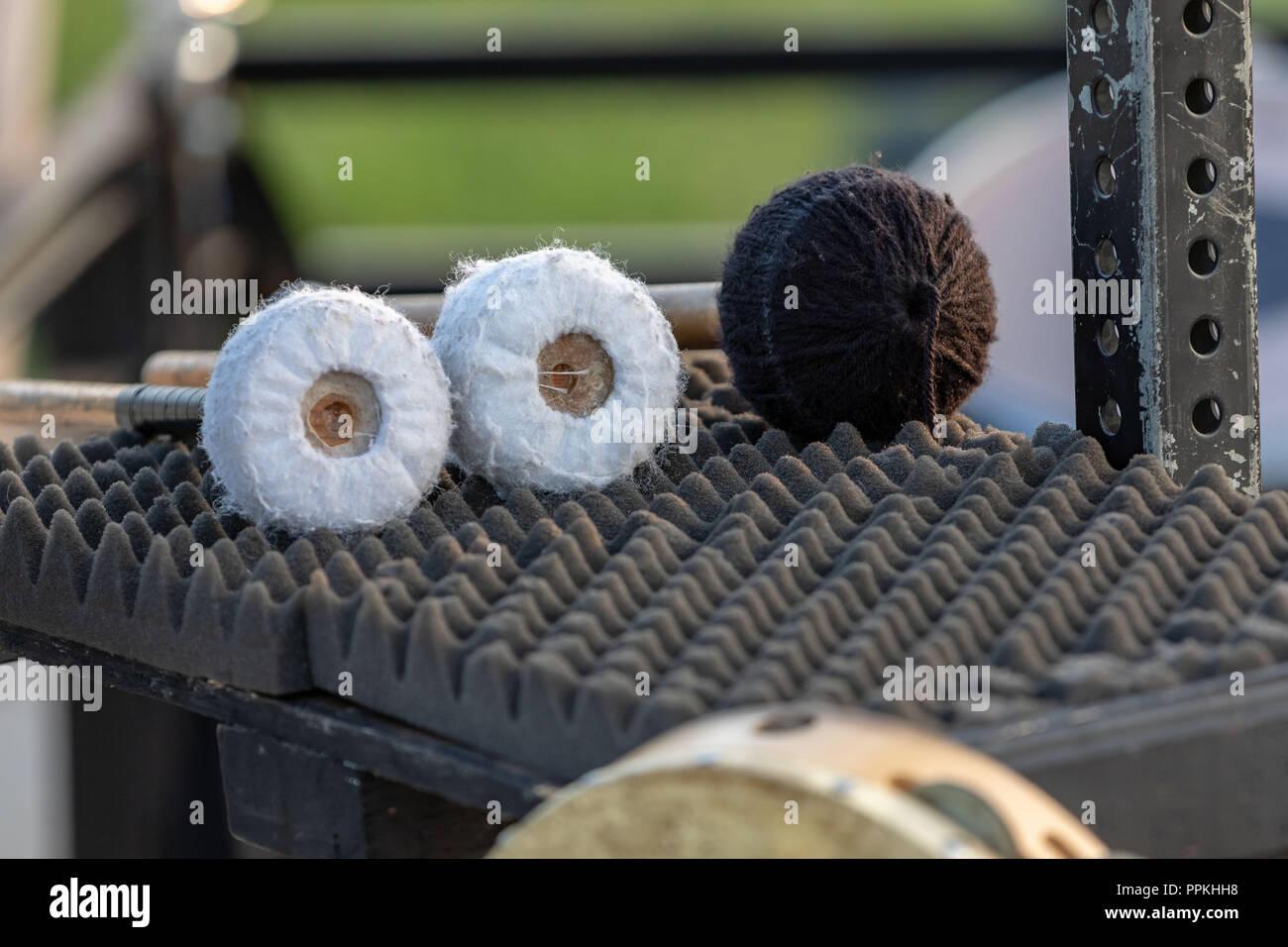 Trois Maillets grande taille en attente d'être utilisé par un à-côté percussionis lors des répétitions Photo Stock
