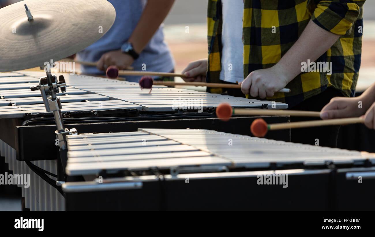 Le clignotement de la ligne de maillets percussionnistes lors des répétitions Photo Stock