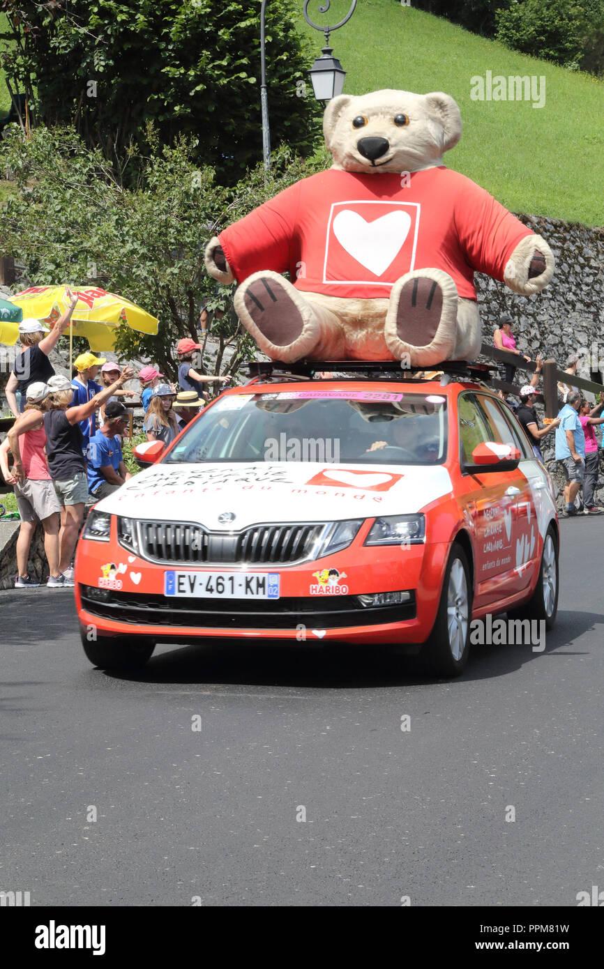 L'association Mécénat Chirurgie Cardiaque et les échanger avec les ours coeur mascot jeter des cadeaux gratuits au cours de la Tour de France 2018 17ème étape de Soulan dans les Pyrénées. Banque D'Images