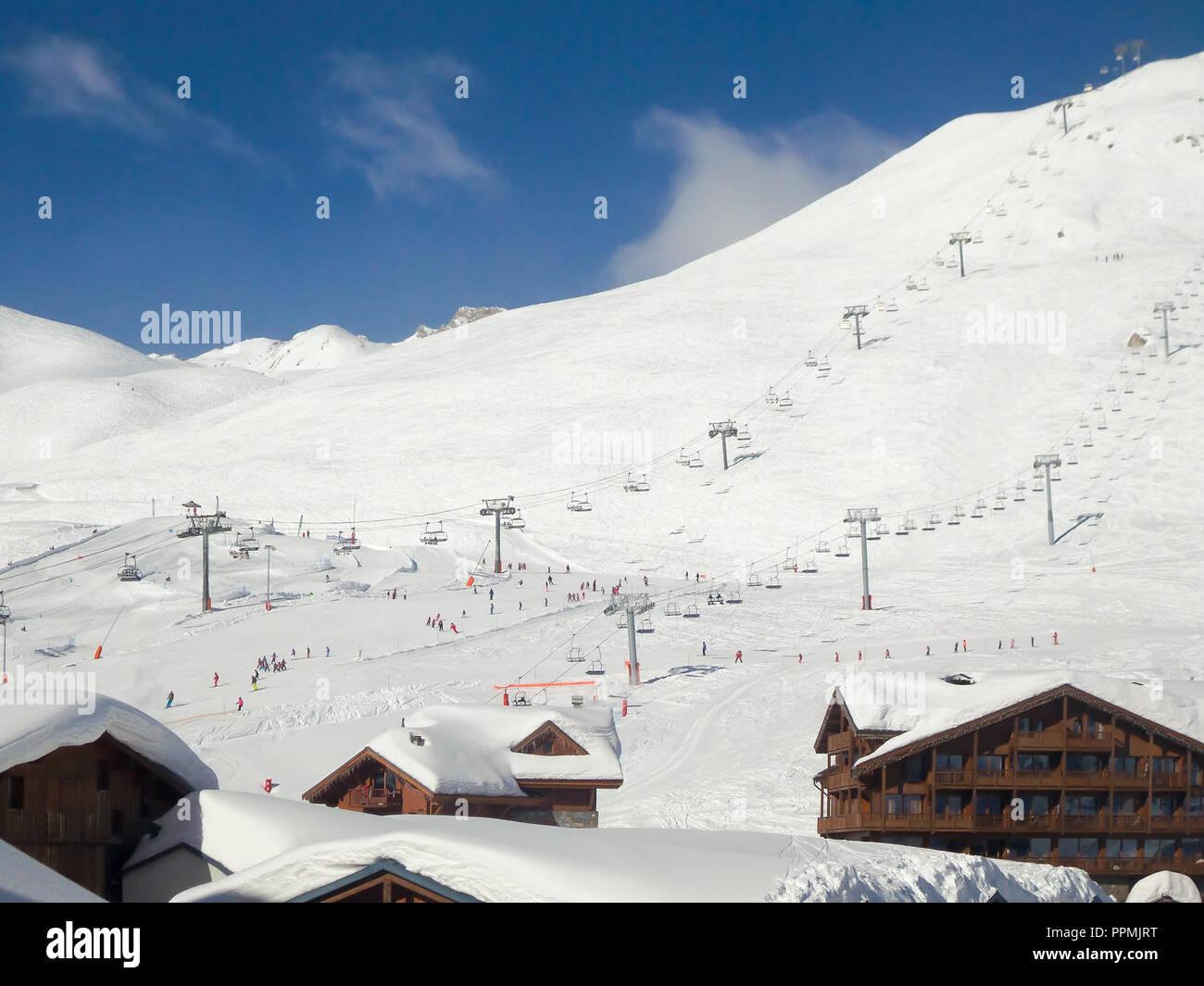 Station de ski de Tignes en hiver, les remontées mécaniques et le village de Tignes le Lac au premier plan Photo Stock