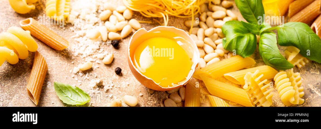 Les ingrédients sains pour l'italien la sauce pour pâtes à la Carbonara Photo Stock