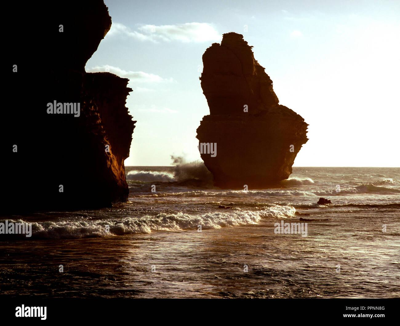 Soleil derrière les cheminées de calcaire à Gibsons, Great Ocean Road, Port Campbell National Park, Victoria Australie Photo Stock