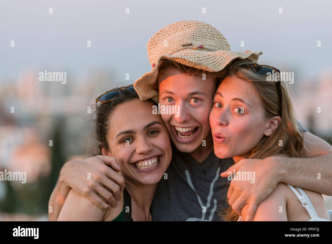 Deux jeunes femmes et les jeunes à l'homme à la caméra, heureusement les amis, Plaza de la Encarnacion, Séville, Andalousie, Espagne Banque D'Images