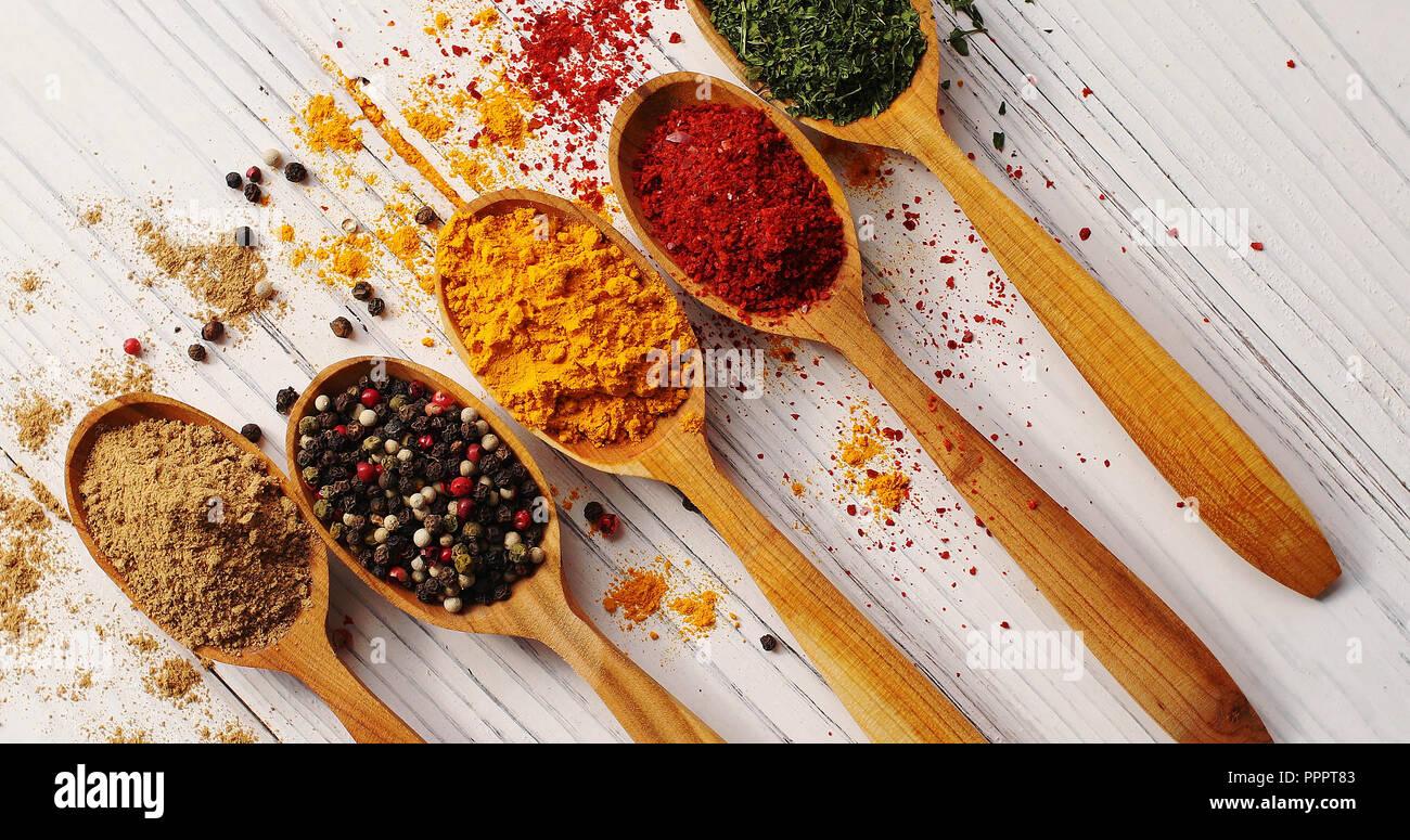 Mise en page créative de cuillères aux épices Photo Stock