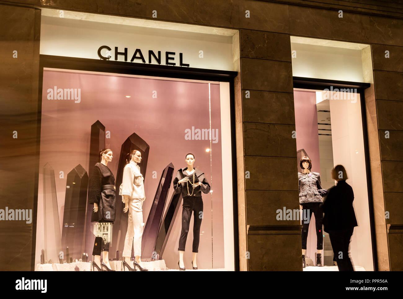 Femme à la fenêtre du magasin Chanel dans la nuit. Barcelone, Espagne Photo  Stock a0911ca4dcd