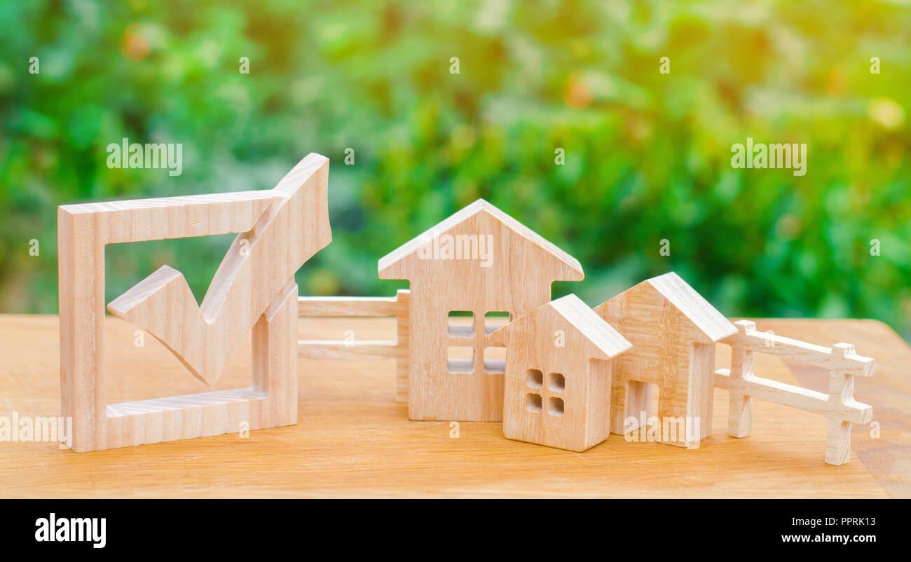 Maisons en bois et d'une case à cocher. La notion d'élections dans la municipalité. Loi sur l'immobilier. Les lois locales. Critères et avantages de la ville. Le cho Photo Stock