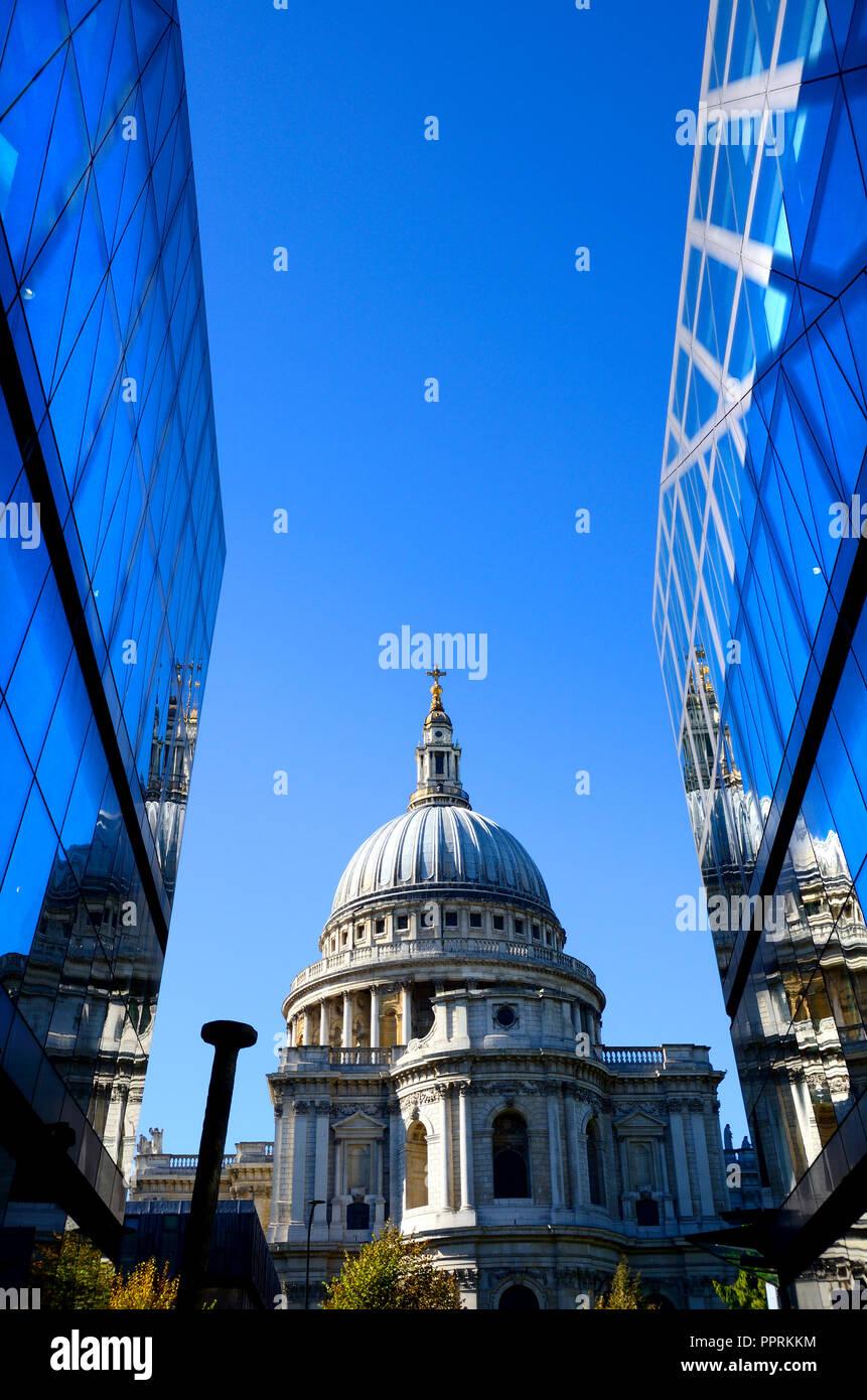 La Cathédrale de St Paul, vu d'un nouveau changement, Londres, Angleterre, Royaume-Uni. Photo Stock