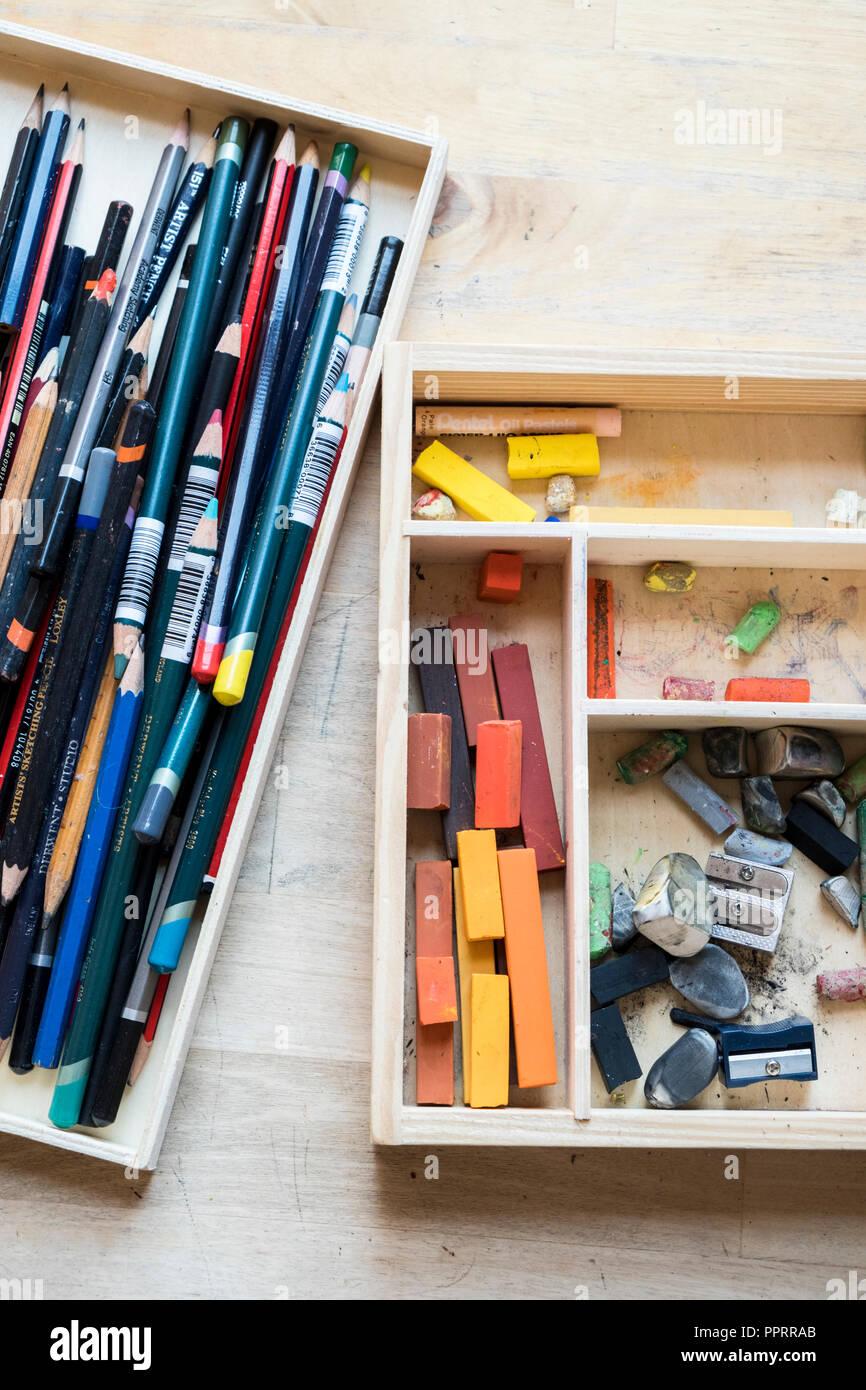 Matériel d'artistes. Crayons, pastels et autres matériaux d'art dans des caisses en bois. Banque D'Images