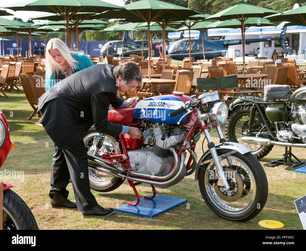 Propriétaire d'une moto MV Agusta 1974 détailler pour juger au Salon Prive 2018 Blenheim Palace à Woodstock UK Banque D'Images