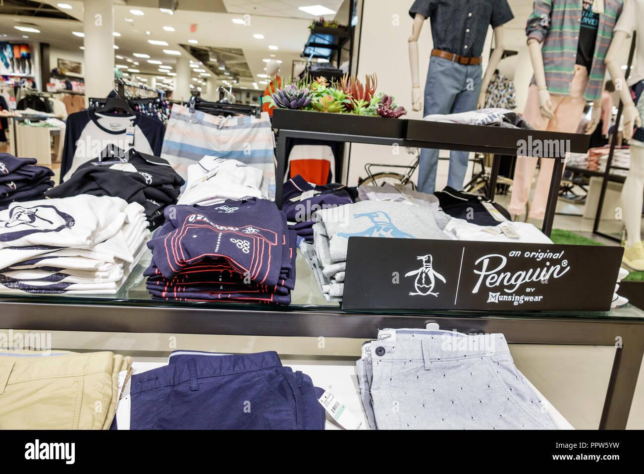 Floride Miami Dadeland Mall Kendall shopping du grand magasin Macy's à l'intérieur de la vente de vêtements de sport de pingouins d'affichage Photo Stock