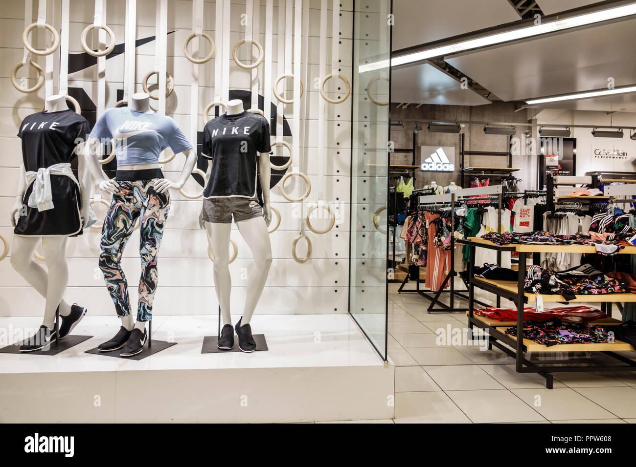 0171791923 Floride Miami Dadeland Mall Kendall shopping du grand magasin Macy's à l' intérieur de la vente de vêtements de sport Nike affichage woman's