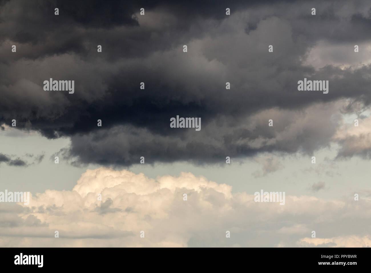 Nuage noir en gris ciel bleu nuages blancs withy prises au 150 mm sur un objectif zoom la fin de l'été 2018. Les nuages sombres se distingue nettement d'un air menaçant. Photo Stock