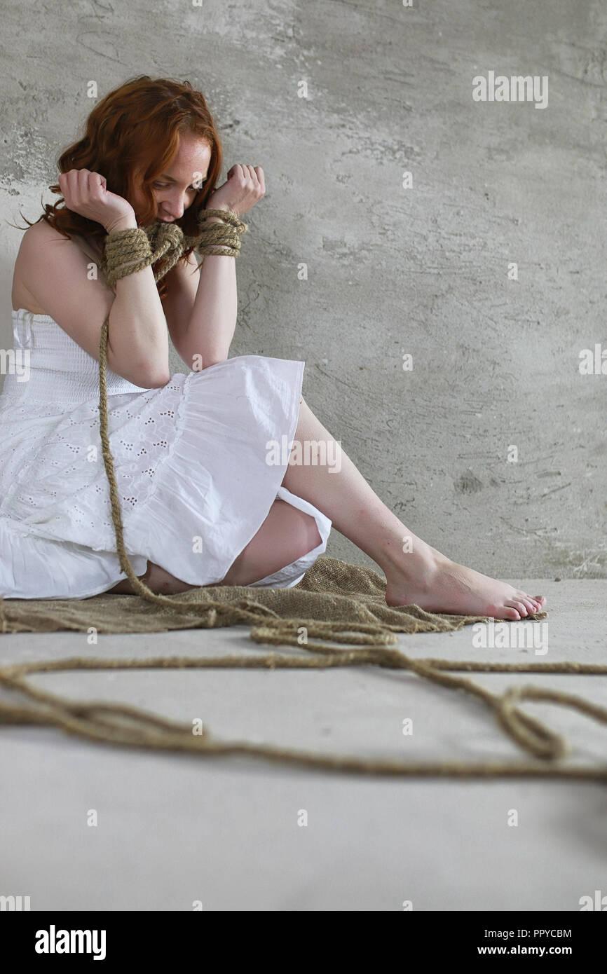 Fille Ligotée jeune fille ligotée sur le sol. la jeune fille enlevée. la victime o