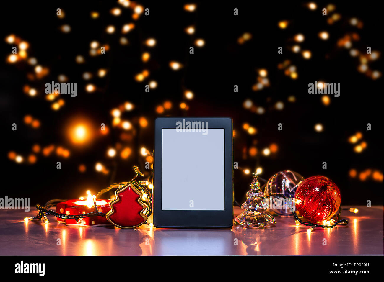 E reader sur une surface plate, thème de Noël Photo Stock