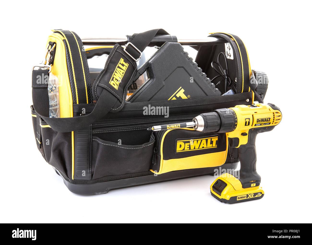SWINDON, Royaume-Uni - 31 juillet 2018: DeWalt Sac à outils et les outils électriques sans fil sur un fond blanc Photo Stock
