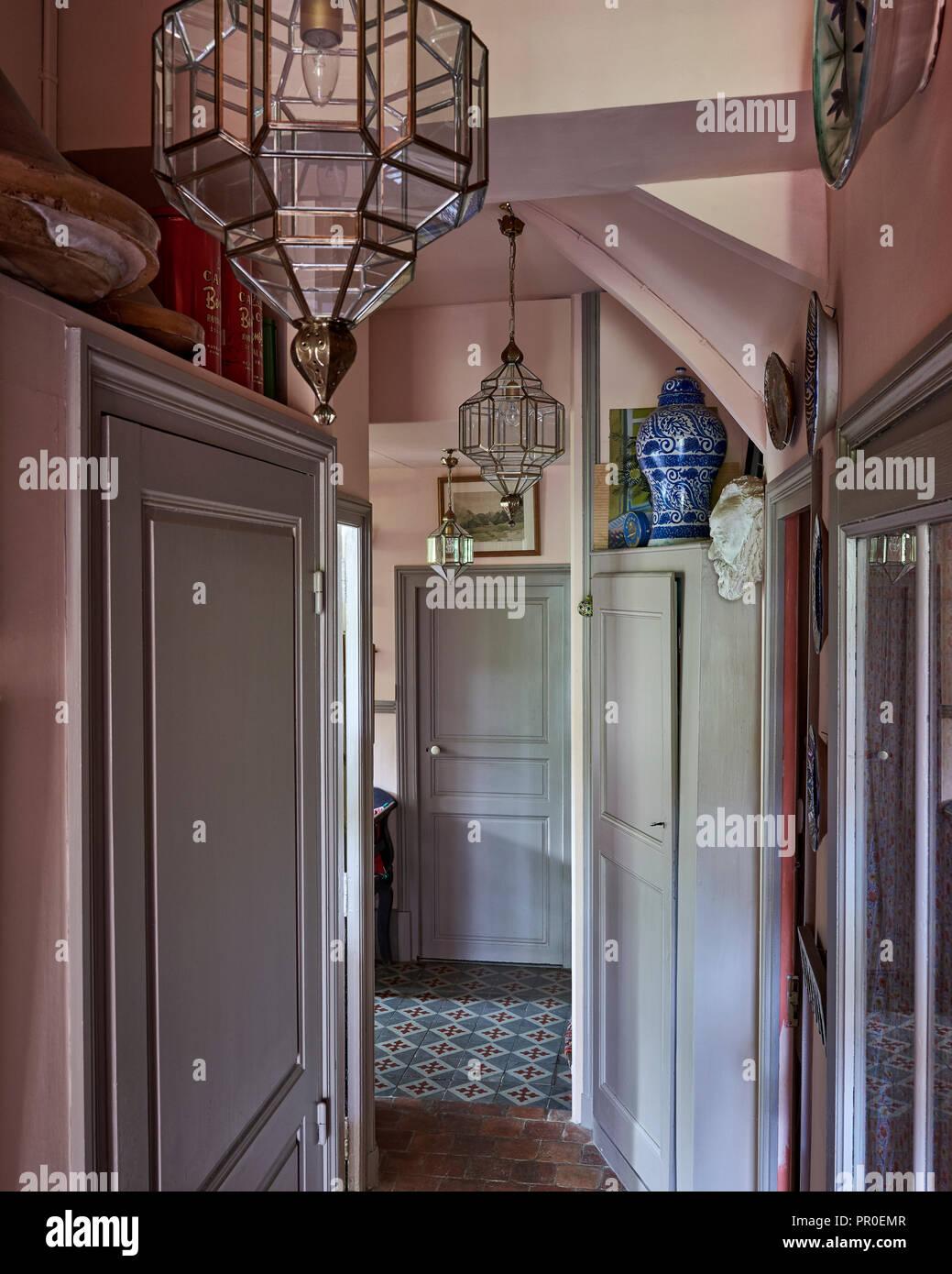 Couloir intérieur à l'ancienne avec des lanternes marocaines Photo Stock